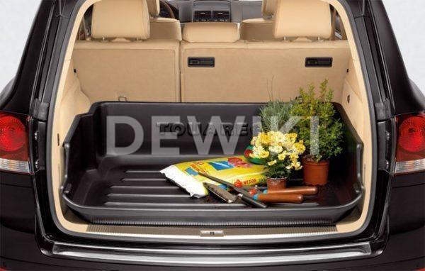 Поддон в багажник Volkswagen Touareg (7L), с надписью, для автомобилей с 2-зонным кондиционером